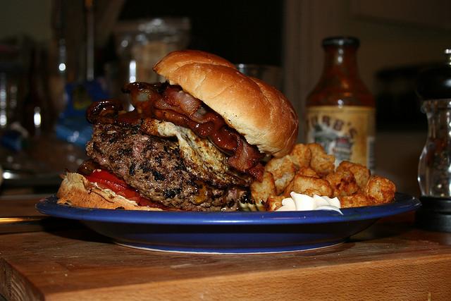 Der Heißhunger am Ende des Fastens verleitet in den ersten Wochen teilweise zu immensen Portionen. Einige wenigen Kurzzeitfastern gelingt es damit, die gewichtsreduzierenden Effekte dieser Diät sogar überzukompensieren.